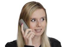Junge Frau, die am Telefon auf weißem Hintergrund spricht Lizenzfreie Stockfotos