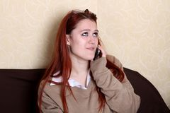 Junge Frau, die am Telefon mit ihren Liebhabern spricht Stockbild