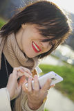 Junge Frau, die am Telefon schreibt Stockfotos