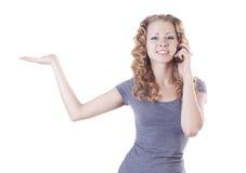 Junge Frau, die am Telefon spricht Stockfotos