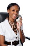 Junge Frau, die am Telefon spricht Stockbilder