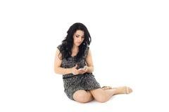 Junge Frau, die Telefon verwendet stockbild