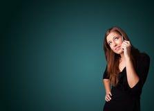 Junge Frau, die Telefonaufruf mit Exemplarplatz macht Lizenzfreies Stockbild
