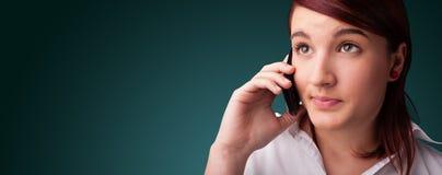 Junge Frau, die Telefonaufruf mit Exemplarplatz macht Stockfotografie