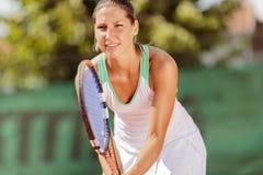 Junge Frau, die Tennis spielt Lizenzfreies Stockbild