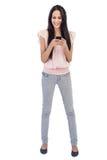 Junge Frau, die Textnachricht empfängt Lizenzfreie Stockbilder