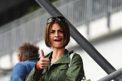 Junge Frau, die Thumbs-up gibt Stockfoto