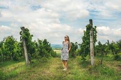 Junge Frau, die an Tihany-wineyards, Ungarn steht Lizenzfreies Stockbild
