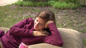 Junge Frau, die Tochter im Park betrachtet stock video