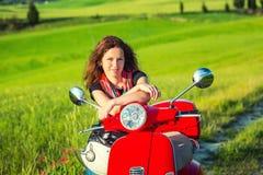 Junge Frau, die in Toskana reist lizenzfreies stockfoto