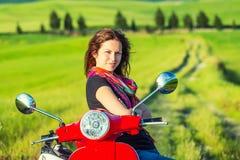 Junge Frau, die in Toskana reist stockfotos
