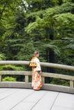 Junge Frau, die traditionelle japanische Ausstattung trägt Lizenzfreies Stockbild