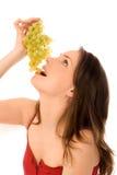 Junge Frau, die Trauben isst Lizenzfreie Stockfotografie