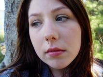 Junge Frau, die traurig schaut Stockbild