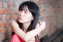 Junge Frau, die traurig schaut stockfotos