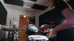 Junge Frau, die Trommeln im Studio spielt stock video