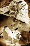 Junge Frau, die tropische Blumen riecht Lizenzfreie Stockfotos