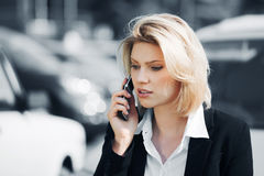 Junge Frau, die um das Telefon ersucht Stockbilder