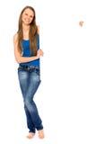 Junge Frau, die unbelegtes Plakat anhält Lizenzfreies Stockfoto