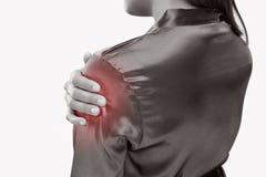 Junge Frau, die unter den Schmerz in der Schulter leidet Stockbild