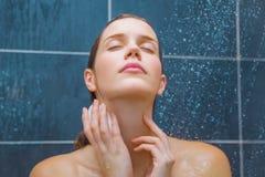 Junge Schönheit unter Dusche Lizenzfreie Stockbilder