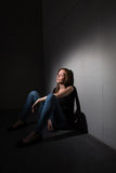 Junge Frau, die unter einem strengen Tiefstand leidet Lizenzfreies Stockfoto