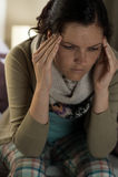 Junge Frau, die unter Kopfschmerzen leidet Stockfoto