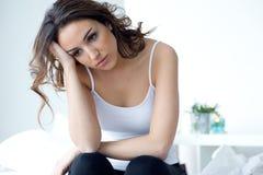 Junge Frau, die unter Schlaflosigkeit im Bett leidet Stockbild