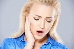 Junge Frau, die unter Zahnschmerzen leidet Lizenzfreie Stockfotos