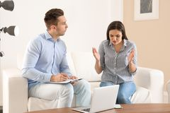 Junge Frau, die Verabredung mit Psychologen im Büro hat Lizenzfreie Stockfotos