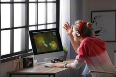Junge Frau, die Videospiel spielt stockfoto
