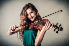 Junge Frau, die Violine spielt lizenzfreie stockfotos