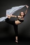 Junge Frau, die von einem sich entwickelnden Gewebe springt. Lizenzfreies Stockfoto