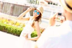 Junge Frau, die vor der Kamera aufwirft Lizenzfreies Stockfoto