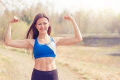 Junge Frau, die vor einem Lauf aufwärmt Eine gesunde Lebensart Sport-Eignung Lizenzfreie Stockbilder