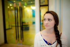 Junge Frau, die vor Hoteltür in Asien wartet Lizenzfreie Stockfotos