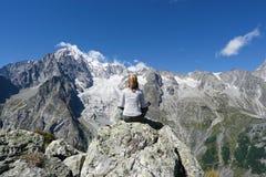 Junge Frau, die vor Mont Blanc sich entspannt stockfotos