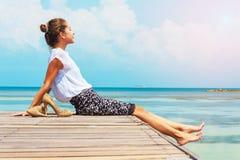 Junge Frau, die vor Sonnenlicht sitzt Damenfreiberufler, der am Strand arbeitet Stockbild