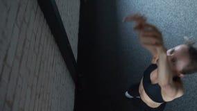 Junge Frau, die wallball Übung mit Medizinball tut stock footage