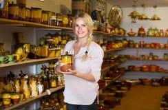 Junge Frau, die Waren des keramischen Tellers im Atelier vorwählt Stockfoto