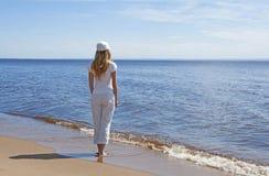 Junge Frau, die Wasser betrachtet Lizenzfreies Stockfoto