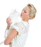 Junge Frau, die weiße Katze anhält. Stockfotos