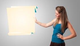 Junge Frau, die weißen origami Papierexemplarplatz anhält Lizenzfreies Stockbild