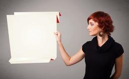 Junge Frau, die weißen origami Papierexemplarplatz anhält Lizenzfreie Stockfotografie
