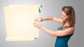 Junge Frau, die weißen origami Papierexemplarplatz anhält Lizenzfreie Stockbilder
