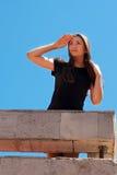 Junge Frau, die weit weg blauen Himmel untersucht Lizenzfreies Stockfoto