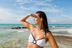 Junge Frau, die weit weg im Strand schaut lizenzfreie stockfotografie