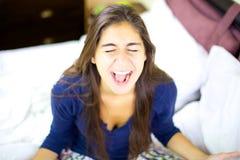Junge Frau, die wie verrückt schreit Stockbild