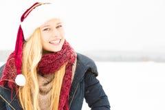 Junge Frau, die Winter genießt Lizenzfreie Stockfotografie