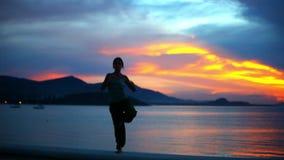 Junge Frau, die Yogaübung auf dem Hintergrund tut
